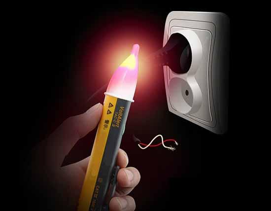 Dùng bút thử điện kiểm tra dây tiếp đất có bị rò điện hay không