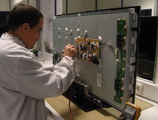 Gọi dịch vụ sửa tivi tại nhà để sửa chữa tivi bị rò điện